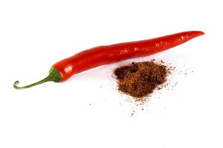 dried spice: Todo el rojo de chile y mont�n de especias secas aislado fondo blanco