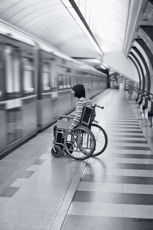 paraplegic: Jonge vrouw in rolstoel missen van de trein in de metro.