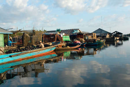 sap: Village on a water with small fisherman boats. Tonle sap lake. Cambodia