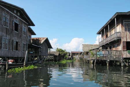 Häuser auf Stelzen. Dorf auf einer Wasser. Szene und Attraktionen rund um Bangkok, Thailand  Standard-Bild - 5808072