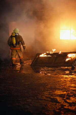 house on fire: Bombero, va a rescatar en un incendio.