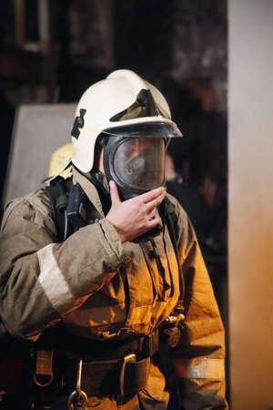 Feuerwehrmann in Feuer-Schutz-Anzug und Maske Standard-Bild - 6113139