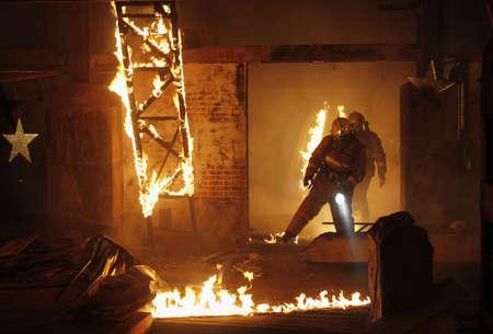 paramedic: Un rescatistas buscar a una víctima de accidente en un incendio. Foto de archivo
