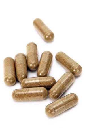 capsula: Pills hierbas. Aislado sobre fondo blanco. Foto de archivo