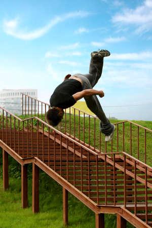 Der Mann, der durch eine Leiter im Stadtpark springen. Sommerzeit.  Standard-Bild - 7292191