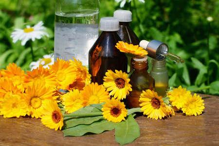 Medizinische Calendula. Ätherisches Öl und Tinktur - Beautybehandlung.  Standard-Bild - 7408224