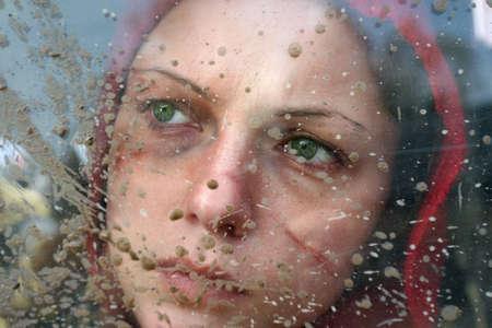 violencia: Lamentable vista femenina a trav�s de la ventana sucia. V�ctima de la violencia