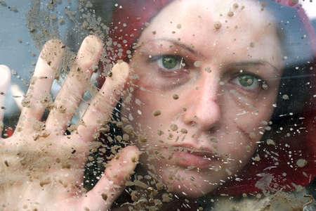 Unglückliche weiblichen Blick durch dirty Fenster. Opfer von Gewalt Standard-Bild - 8957886