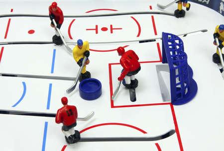 Hockey-Spieler auf dem Eis Feld Hintergrund. Brettspiel. Standard-Bild - 9535314