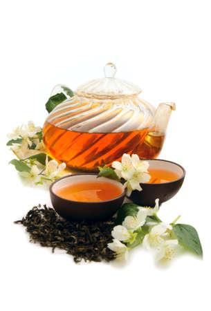 Grüner Tee mit frischen Jasmin Blätter und Blumen auf weißem Hintergrund Standard-Bild - 9736993