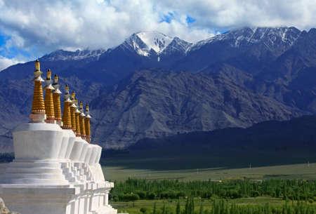 Landschaft mit einer Reihe von Stupas und grünen Tal des Berges Hintergrund. Himalaya Standard-Bild - 10836071