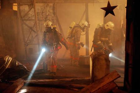 incendio casa: Equipo de rescate buscar una víctima de accidente Foto de archivo