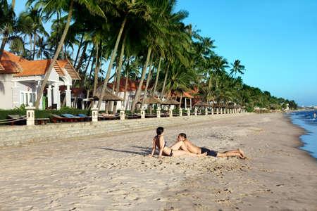 Un joven feliz y mujer en la playa tropical Foto de archivo - 17276830