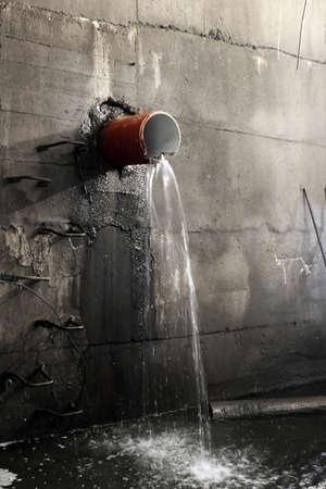 Lekken uit een pijp in een sanitaire collector Stockfoto