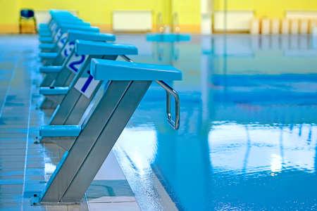 Overdekt zwembad met startblokken Stockfoto