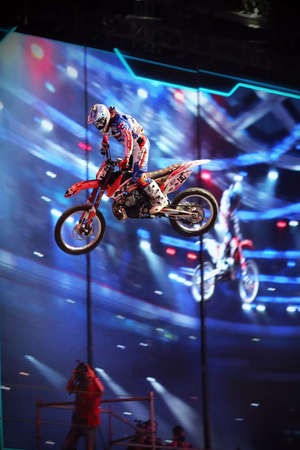 deportes olimpicos: Rusia, Moscú, 14 de marzo: Un jinete profesional en el FMX (Freestyle Motocross) haciendo trucos en su vehículo todo terreno en el festival VIII de deportes extremos en Olympic Sports Complex Moscú, Rusia, el 14 de marzo 2015 Editorial