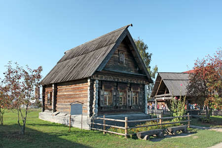 campesino: casa de madera antigua del campesino del p�rpado 19 en el museo de arquitectura de madera. Suzdal. Rusia Editorial