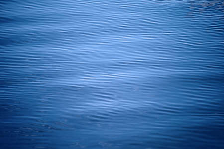 Golfde wateroppervlak. Natuur achtergrond Stockfoto