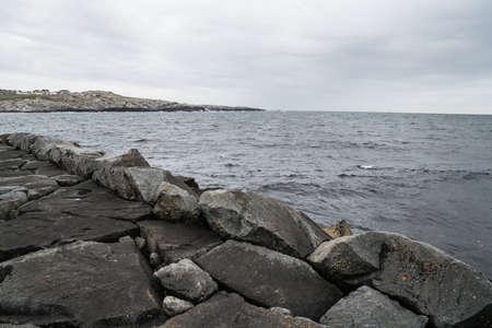 Golfbreker in het zuiden van Noorwegen Stockfoto - 80438158