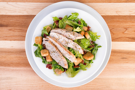 Fresh chicken caesar salad 版權商用圖片 - 40024738