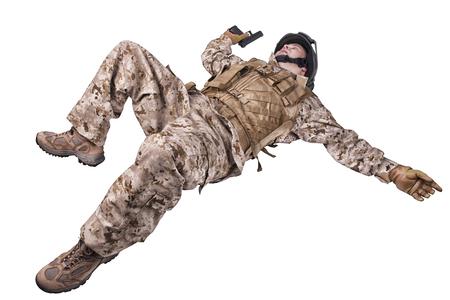 hombre disparando: Mentir soldado muerto Foto de archivo