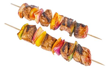 赤身の肉や野菜、白い背景で隔離の串揚げセット。