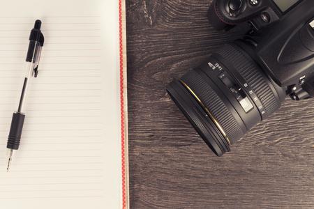 木製の机の上にデジタル カメラのクローズ アップ。平面図です。 写真素材
