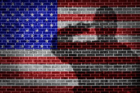 Militair soldaat saluteren, schaduw op bakstenen muur.