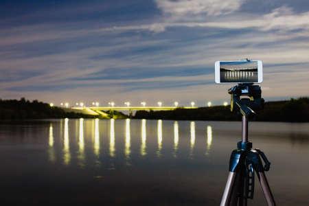 Using smartphone like professional camera on tripod to capturing night landscape Foto de archivo