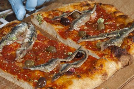 sardinas: la pizza sardenaira con sardinas típica riviera ligur torta salada occidental Foto de archivo