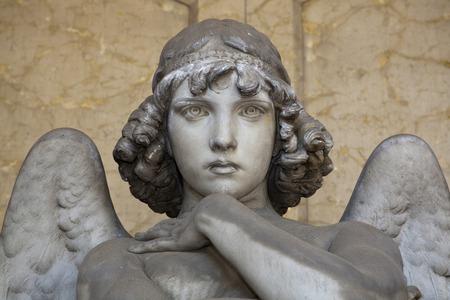 ange gardien: portrait d'ange d'amour sur le marbre, dans le cimeti�re monumental de G�nes, plus de 100 ans statue