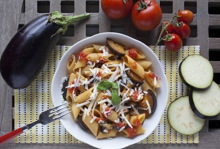 """pastas: típica comida italiana: pastas siciliano, llamado """"Norma"""", con tomate, berenjenas y queso ricotta"""