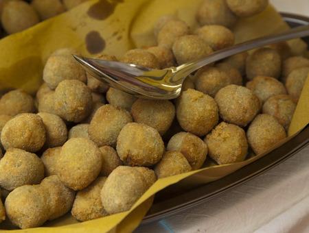 comida italiana: comida t�pica italiana, aceitunas rellenas fritas en papel Foto de archivo