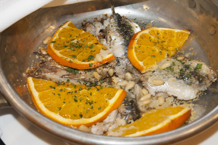 pignons de pin: sardines avec des oranges, noix de pin et l�gumes Banque d'images