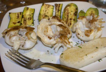 comida italiana: brochetas de sepia a la plancha con calabac�n y polenta blanca, comida italiana