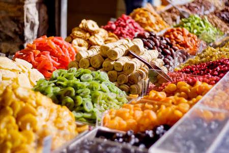 시장에서 다채로운 건강한 말린 과일 무화과에 초점
