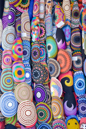 head wear: Assortiti kipas di ebrei colorato (testa usura) nel mercato