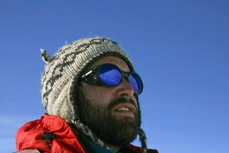aventurero: Reflexi�n en la SUNGALSSES de un aventurero en la Ant�rtida Foto de archivo