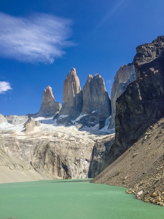 torres del paine: Sunny day at the base of the peaks at Torres del Paine