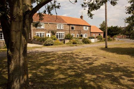 retained: 1.524 casas antiguas atractivas en un pueblo de Yorkshire verde Las casas han sido renovadas a un alto nivel y han conservado la mayor parte de sus caracter�sticas originales Editorial