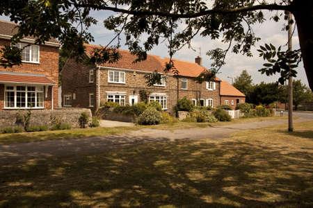 retained: 1.525 casas antiguas atractivas en un pueblo de Yorkshire verde Las casas han sido renovadas a un alto nivel y han conservado la mayor parte de sus caracter�sticas originales