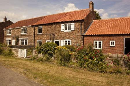 retained: 1.527 casas antiguas atractivas en un pueblo de Yorkshire verde Las casas han sido renovadas a un alto nivel y han conservado la mayor�a de las caracter�sticas originales flores Colourfull hacen una exhibici�n alegre