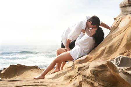 Romantyczne: Młoda piękna seksowna para w miłości flirtuje na plaży