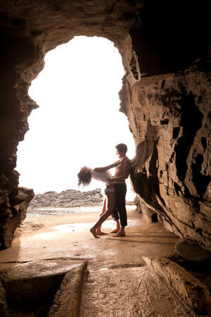 Junge reizvolle Paare stehenden Felsbogen Höhle Standard-Bild - 36909558