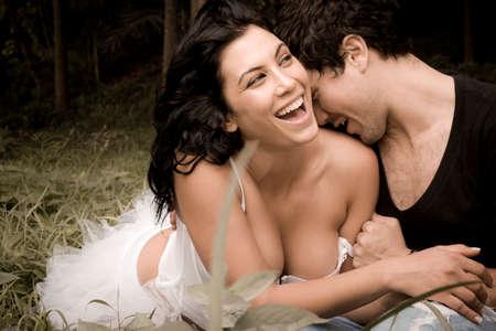 romance: Młoda piękna seksowna para w miłości flirtuje ze sobą w lesie