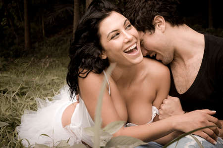 romance: Pares sexy bonita nova no amor flertar junto na floresta