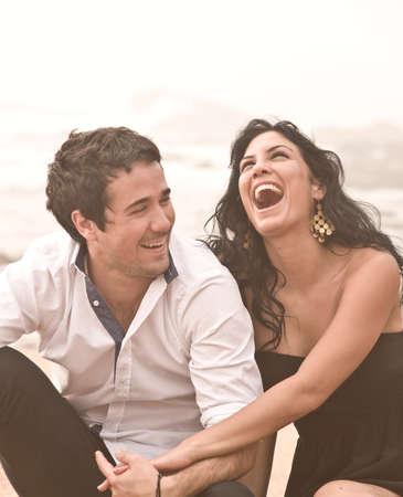 parejas sensuales: Pareja joven feliz riendo playa romántica Foto de archivo