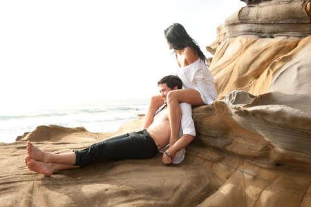 parejas sensuales: Joven hermosa pareja sexy en el amor coquetear en la playa
