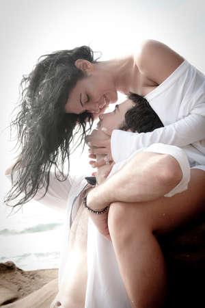 femme brune sexy: Beau jeune couple sexy en amour flirtant � la plage