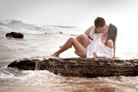 Jonge mooie sexy paar in liefde flirten op het strand Stockfoto
